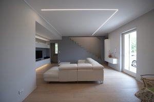 un modo di illuminare a led con linee di luce incassate a soffitto