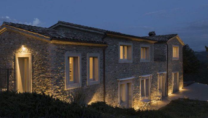 illuminazione esterna casa in campagna in sasso